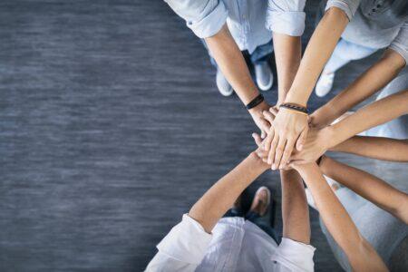 Mitarbeiter Hände der IHS GmbH